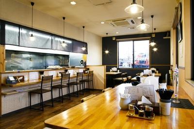 窓が大きく開放感のある店内で落ち着いて食事ができる。大きなテーブルもあり、グループでも訪れやすい