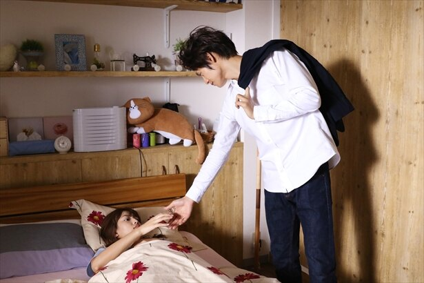 【写真を見る】白シャツ×スーツでバッチリ決めたビジネス仕様の翔ちゃん(窪田正孝)も堪能できる!