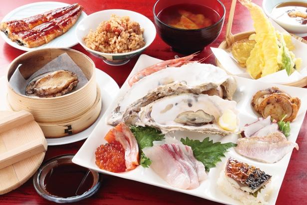 蒸しアワビや蒸しガキなどのほか、旬の魚の刺身や焼きサバ寿司など、約40種類の海鮮料理がズラリと並ぶ/「お食事処 うおいち」