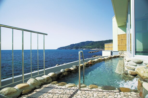 遮るものがなにもない露天風呂からの海景色は圧巻/「越前温泉露天風呂 漁火」