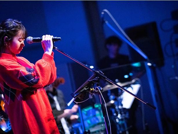 【写真を見る】楠木ともりは自身作詞・作曲のオリジナル楽曲も披露