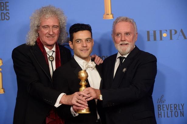 「クイーン」のブライアン・メイ、ロジャー・テイラーも、壇上でラミ・マレックの受賞を祝福!