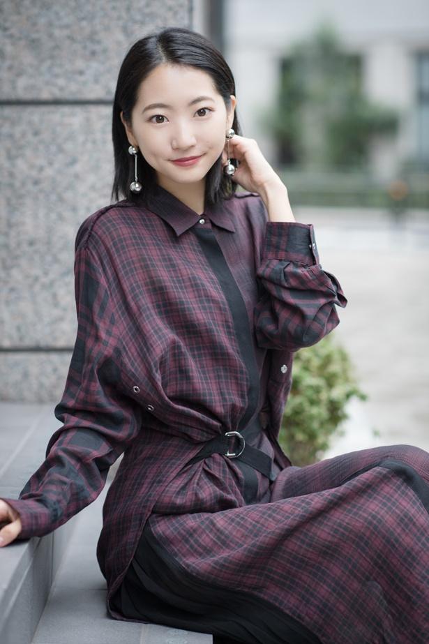 【写真を見る】柔らかな素材の衣装でセクシーなスタイルを見せる武田玲奈