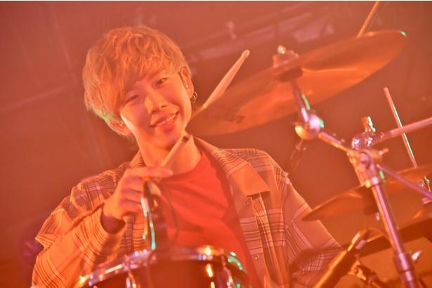 ドラム・tatsumaの誕生日をサプライズで祝う一幕も!