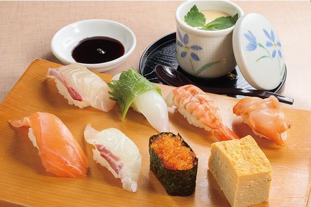 【写真を見る】「市場寿司」の「寿司ランチ」(1000円)。旬の鮮魚2貫と、軍艦巻、玉子など8貫に、自家製茶碗蒸しが付く。新鮮さが自慢!