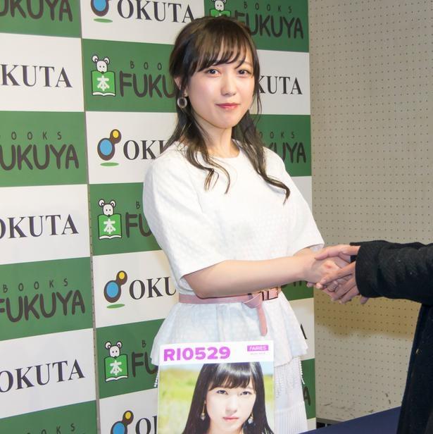 【写真を見る】ファンと握手する井上理香子
