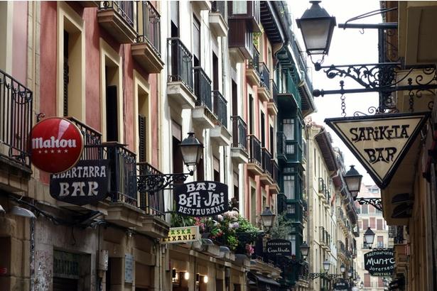 旧市街に溢れるバルの魅力!