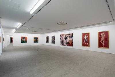 【写真をみる】白壁×コンクリート床のニュートラルな展示場/モリムラ@ミュージアム(M@M)