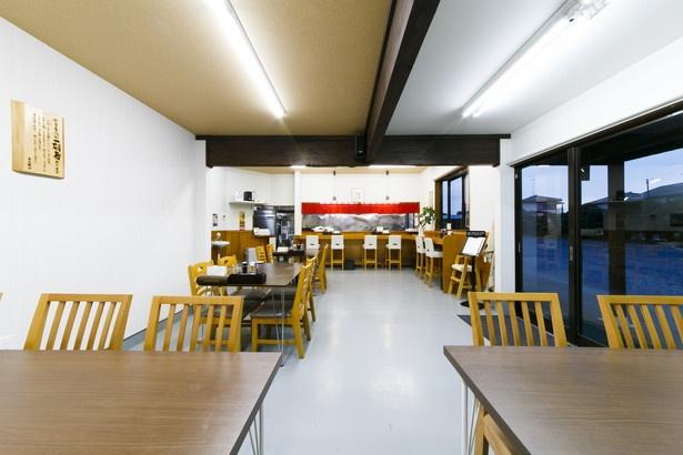 店内はバリアフリー。カウンターの椅子やテーブルの間は幅を広くとってあり、開放感があって居心地よし