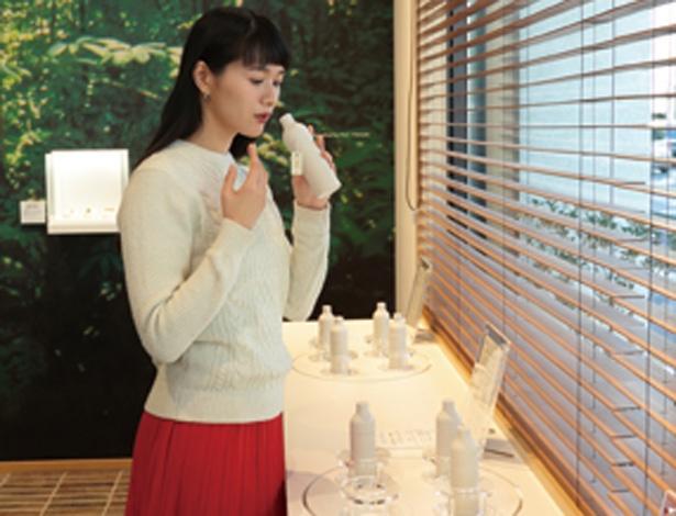 シリコンボトルをそっと握って、中の香りを確かめよう/松榮堂 薫習館