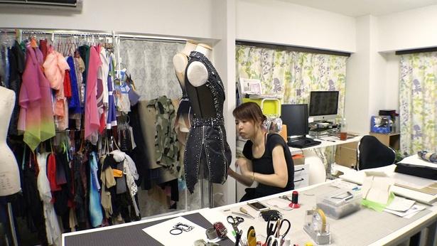 【写真を見る】フィギュアスケート好きのYOUも興味津々! 衣装製作現場を公開
