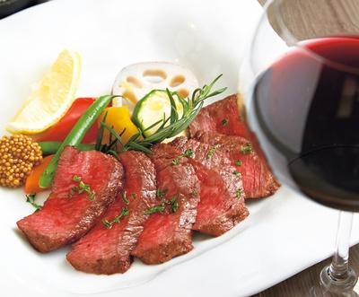 食べてほしいNo.1は本日の黒毛和牛ステーキ(左・2700円)、グラスワイン赤(右・648円)/Trattoria Kuroudo