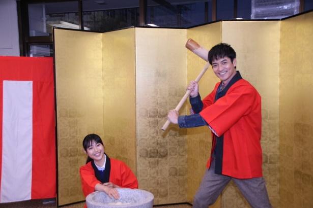 【写真を見る】息ピッタリ! 沢村一樹と瀧本美織が餅つきに挑戦