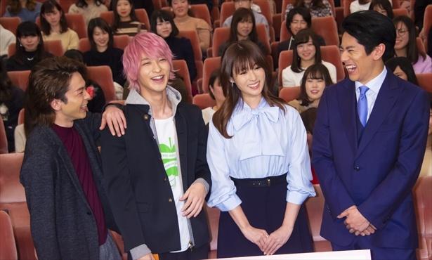 【写真を見る】横浜流星の肩に手を置く中村倫也。すっかり仲良し♪