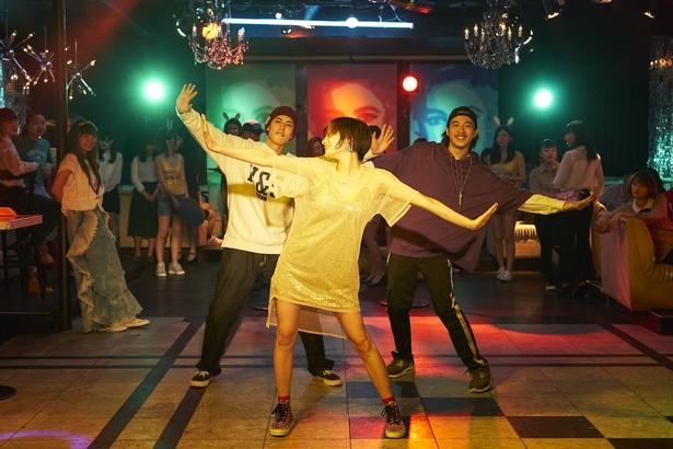 【写真を見る】「Television Romance」にのせて、楽しそうに踊るチワワちゃん(吉田志織)
