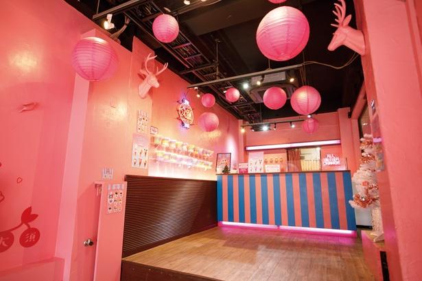 週末になると行列ができる人気店。カラフルな「コットンキャンディ」(500円)もおすすめ / FUWA CANDY STORE