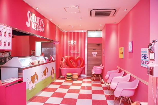 ピンクの空間には、撮影に使えるアイテムも多数そろう / SHERIE'S ICECREAM