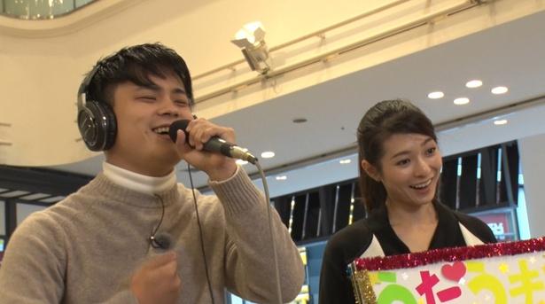 テレビ朝日のアナウンサーがカラオケ採点マシーンを担いで全国を訪れる!