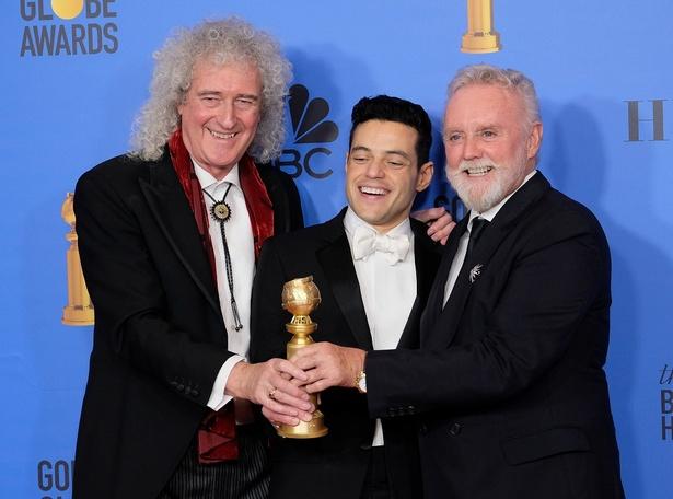 【写真を見る】『ボヘミアン・ラプソディ』で主演男優賞を獲得!「クイーン」メンバーと満面の笑みだが…