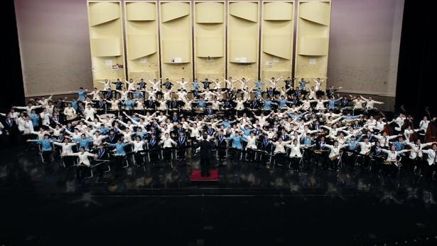 普門館で「宝島」を演奏する400人の吹奏楽団メンバー