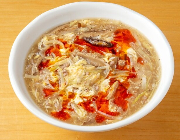 【写真を見る】麺は加福製麺所。写真は細麺だが太麺も選べる。スーラータンメン690円