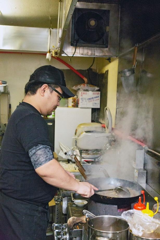 「炒める火力がポイントです」と語る店主の滝本将太さん