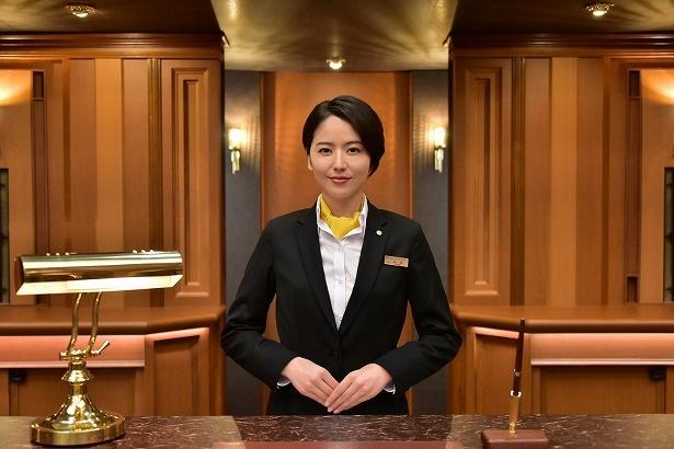 新田浩介のホテルでの潜入捜査をサポートする優秀なフロントクラーク・山岸尚美(長澤まさみ)
