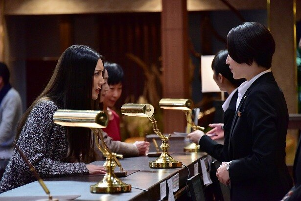 ホテルの客役で、菜々緒たち豪華スターが出演