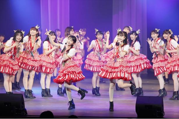 元気よく歌い踊るHKT48の田中美久(前列左)と松岡はな(前列右) ※1/8(火)公演