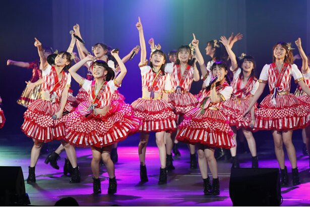オープニングで元気よく踊る「F24」のメンバー ※1/8(火)公演