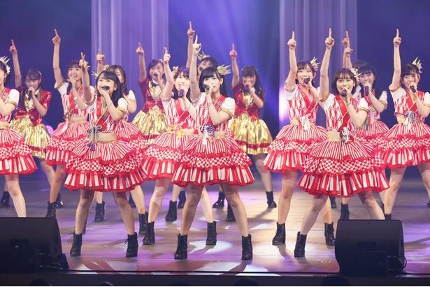 オープニングで元気よく踊る「F24」のメンバー  ※1/9(水)公演