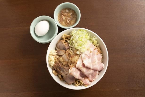 ボリューム満点!極肉あぶらそば1130円。生卵は50円。