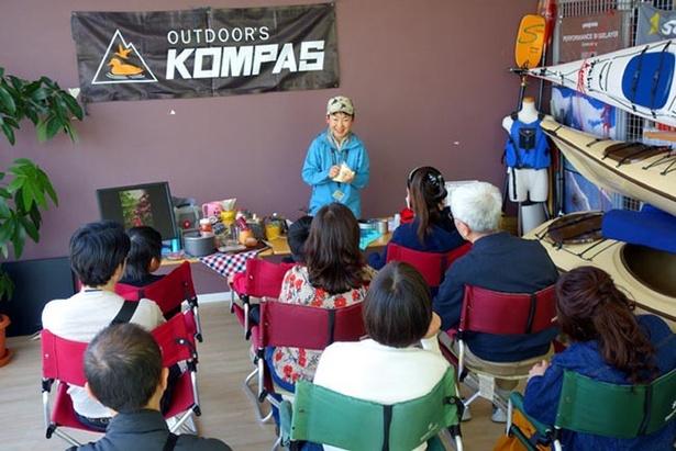 KOMPASのスタッフ高津(こうづ)さんが山メシの美味しさを教えてくれる