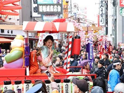 大阪ミナミで「宝恵駕行列」