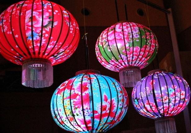 【写真を見る】今年は7色の台湾提灯が駅前広場に登場