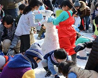 普段あまり触れることのない雪で目一杯遊ぶ子どもたち