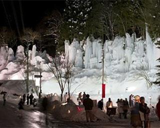 青白く輝く氷の芸術を温泉街に再現!岐阜県高山市「福地温泉 青だる」