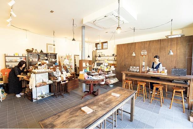 雑貨の販売だけでな くカフェやギャラリー もする「手紙舎鎌倉店」