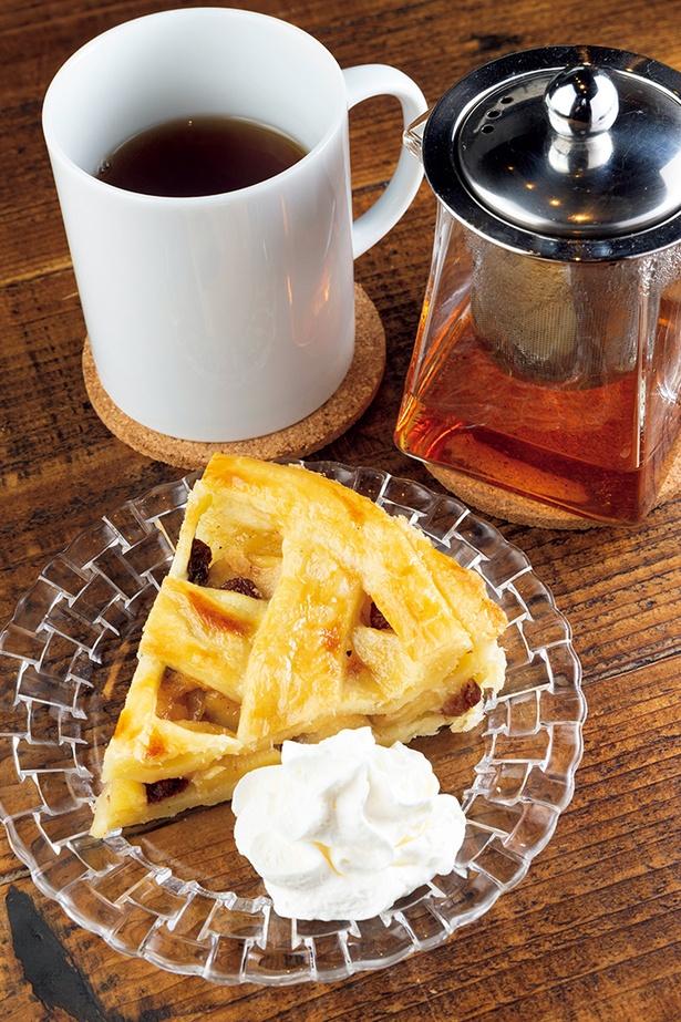 料理講師経験があるオー ナーお手製のスイーツは、ほっこり心が温まる優しい味わい。ケーキセット972円は、ア ップルパイと本日の紅茶をチョイス