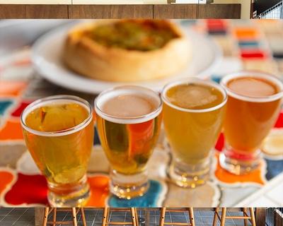好きなビ ールを4種類選べるテイスティングセットは1,000 円(計400ml)。 ボリューム満点のディープディッシュピザは2,500円