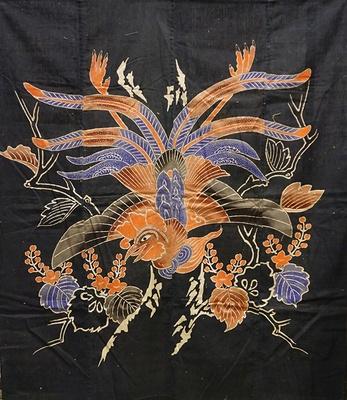 【写真を見る】筒描き 布団地「桐と鳳凰」