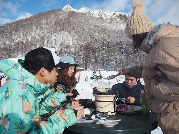 極寒BBQの様子。寒い中で食べるBBQの味は格別!