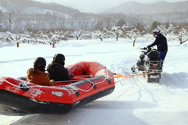 【写真を見る】冬ならではのアクティビティ「スノーラフティング」