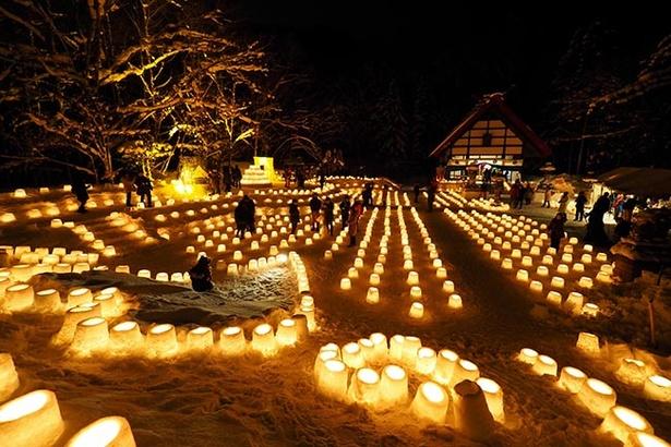 【写真を見る】無数のキャンドルの灯りが人々を包み込む