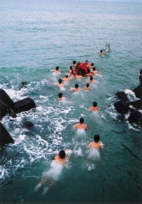 ホラ貝を吹き鳴らしながら勇ましく泳ぐ姿は圧巻