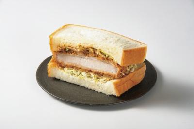 やわらかなパンに厚切りの三元豚カツとキャベツをサンドした「三元豚のカツサンド」