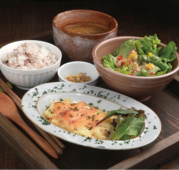 「ワイン食堂 ビオ ワルン」の「海鮮ランチ」(980円)。メインは半月に一度変更あり。写真のメインはサーモンポテトのチーズ焼き