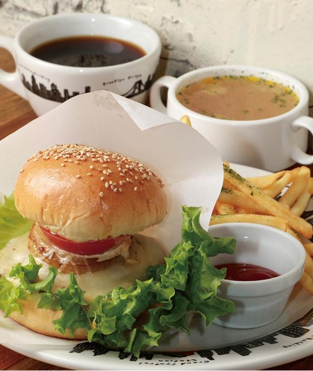 「THE NAKED」の「バーガーランチ」(1200円)。旧店名「FITZ CAFE」時代から人気のバーガーにはチーズとチリのトッピング付き。肉汁たっぷりのパテがたまらない!