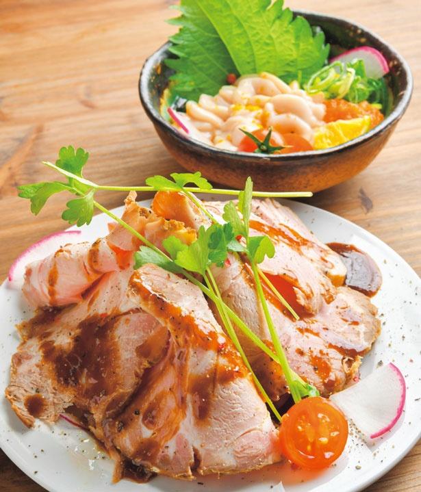 週末限定 豚肩ロース レアチャーシュー(手前)、タラ白子ポン酢(奥・各648円)/キッチン ナカジマ。
