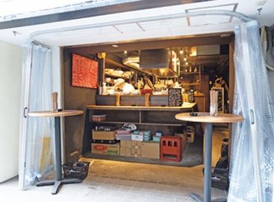 ビニールシートに囲まれた、気安い雰囲気の店/キッチン ナカジマ。